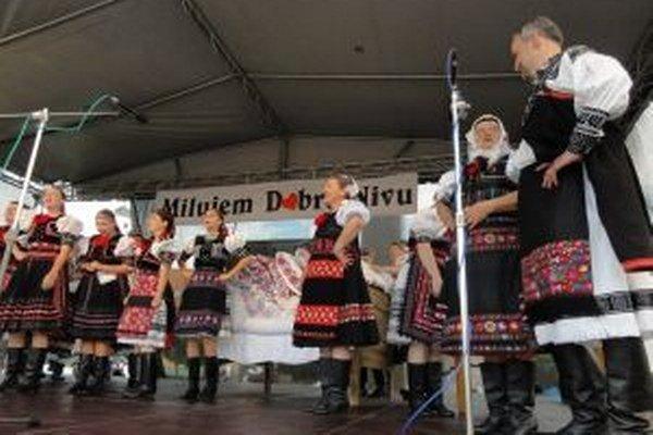 Domáca folklórna skupina Dobrona (prvý sprava starosta Martin Krúdy) v autentickom folklórnom pásme Svadobné rúcho.