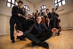 Súbor Quasars Ensemble vedie už desať rokov dirigent Ivan Buffa (v popredí).