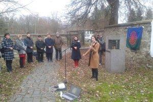 Štvrtý zľava stojí Pavol Klinec, syn Adama Klinca, ktorého zavraždili na židovskom cintoríne vo Zvolene.