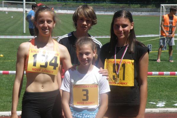 Skupina mladých novozámockých atlétov: L. Farkas, M. Valo, J. Kusyová a L. Tomanová výborne odštartovala novú halovú sezónu.