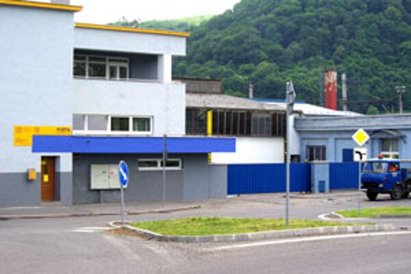 Pošta sídli vedľa železničnej stanice.