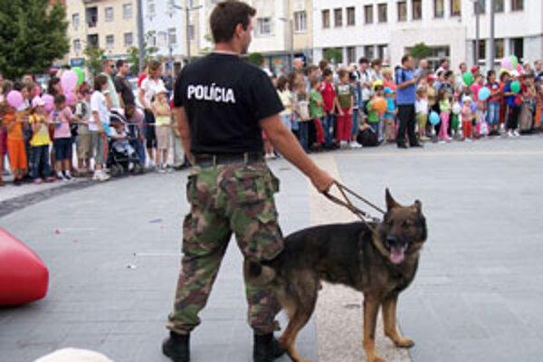 Námestie včera patrilo policajtom a deťom.