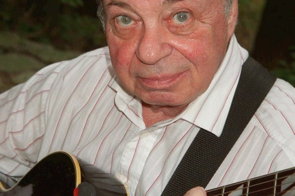 """Jazzový gitarista Heinz Jakob """"Coco"""" Schumann umrel vo veku 93 rokov."""