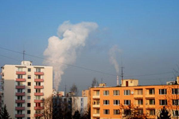 Na mračná dymu sa obyvatelia sídliska Sekier pozerajú každý deň.