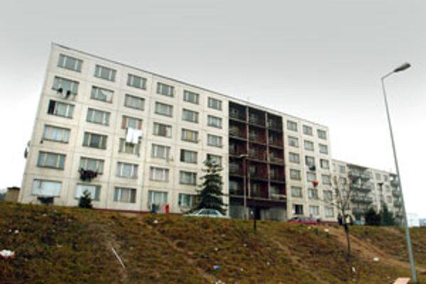 Ľavá časť dvojbytovky patrí mestu, v druhej časti si ľudia byty odkúpili.