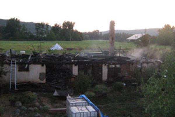 Budova zhorela aj s náradím a zvieratami.