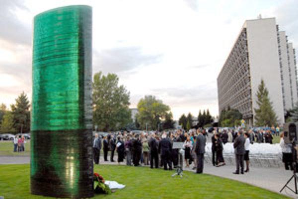 Zhromaždenie okolo Obelisku nádeje, sklenenej dominanty pamätníka Parku ušľachtilých duší pri Židovskom cintoríne vo Zvolene, ktorý v utorok večer slávnostne odhalili v susedstve Technickej univerzity.