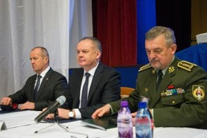 zľava minister obrany SR Peter Gajdoš, prezident SR Andrej Kiska a náčelník generálneho štábu Ozbrojených síl SR Milan Maxim.