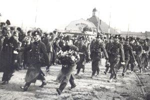 Maďarské žandárstvo prichádza spolu s armádou 11. novembra 1938 na košické Legionárske námestie.