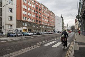 Pri Dvoch levoch chýba zastávka aj cyklotrasa, ktoré tam pred rekonštrukciou električkovej trate boli.