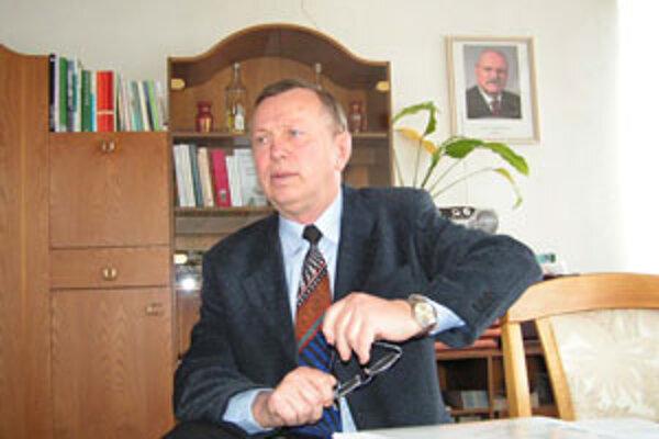 Podľa starostu Očovej Juraja Kubiša potrebujú na rekonštrukciu centra obce asi 400-tisíc eur.