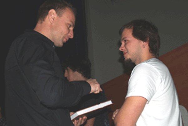 Dizajnér roka Radko Švec preberá ocenenie od Patrika Švajdu.