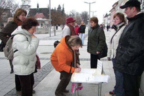 Väčšinu ľudí podľa ohlasov pri stolíku s petičnými hárkami plánované zrušenie geriatrie poburuje.