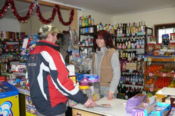 Ceny v obchodíku na hriňovskom sídlisku Bystré si podľa majiteľky obchodu Gabriely Konôpkovej prepočítava už iba polovica zákazníkov.