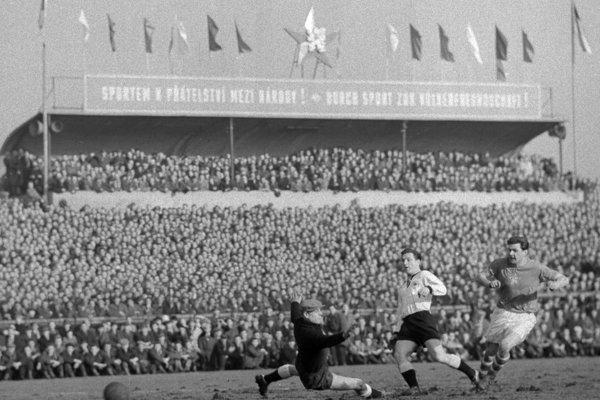 Pavol Molnár (vpravo) dáva gól v pražskom zápase proti NSR v roku 1958.