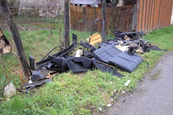Hoci ľudia z okolitých domov nevedeli, kto tieto veci vyhodil, polícia ho rýchlo vypátrala.