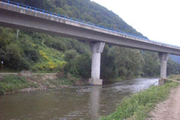 Po moste pod nadjazdom ostali iba betónové podpery.
