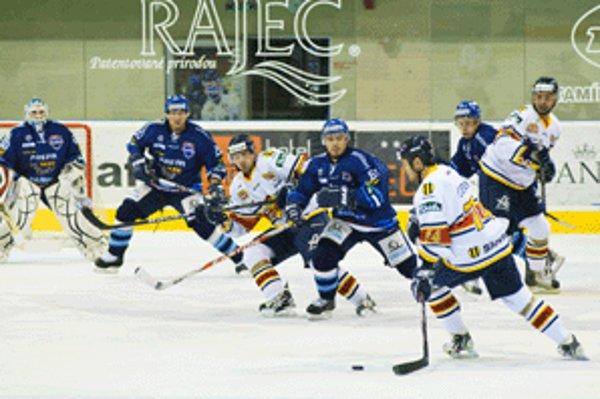 Na martinskom ľade celkom jednoznačne dominovali hokejisti Zvolena (v bielom).