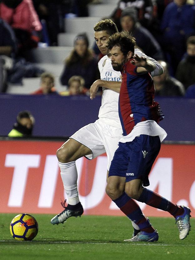 Koke (vpravo) bráni hviezdu Realu Madrid Cristiana Ronalda.