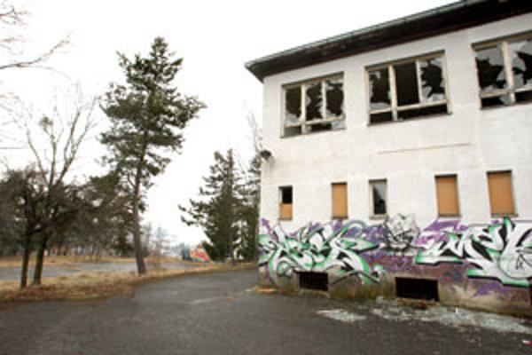 Budova školy čaká na ďalšie využitie.
