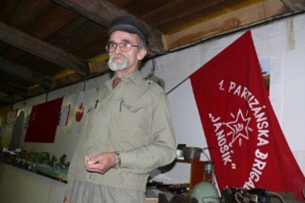 Miroslav Mařík na svojej výstave.