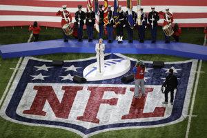 Speváčka Pink prednáša národnú hymnu Spojených štátov pred začiatkom Super Bowlu LII.