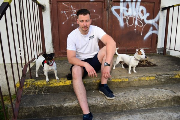 Tréner avychovávateľ psov Ján Zrebný. Pes vraj musí vedieť, kto je pánom.
