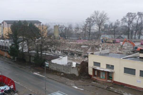 Stavbári začali s búraním budov v areáli bývalých mliekární.
