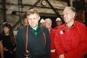 Robert Fico spolu s riaditeľom Hornonitrianskych baní Petrom Čičmancom.
