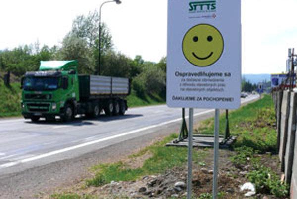 Na stavebné práce upozorňuje vodičov tabuľa so smajlíkom.