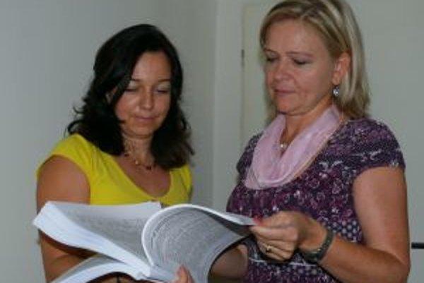 V petícii listujú zástupkyne rady školy Eva Šablatúrová (vľavo) a Lenka Rošková.