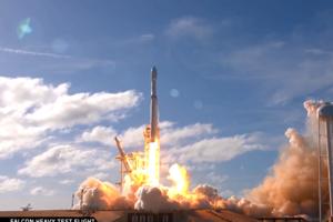 Raketa Falcon Heavy úspešne vyštartovala do vesmíru. Ako náklad mala Teslu Roadster.
