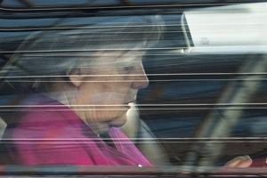 Merkelová na limuzíne odchádza z koaličných rokovaní.
