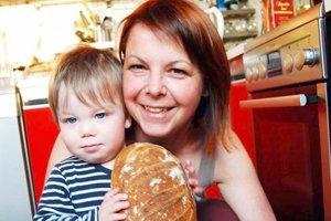Kamila Viczenczová so svojím synom, pre ktorého pečie kváskový chlieb.