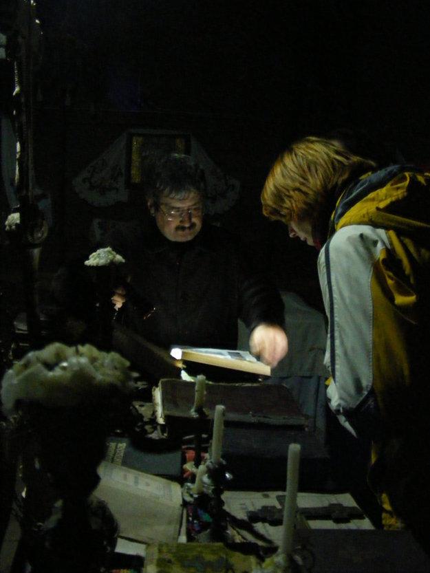 Miestny učiteľ dejepisu Vasil ukazuje zbierku kníh v kostole sv. Ducha.