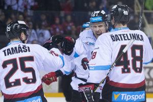 Hokejisti Banskej Bystrice sa radujú po jednom z gólov.