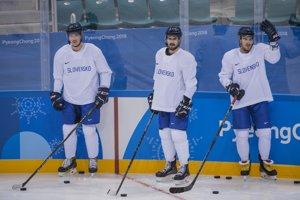 Slovenskí hokejoví reprezentanti, zľava Patrik Čerešňák, Ivan Baranka a Patrik Lamper počas prvého tréningu hokejistov SR v hokejovej hale Kwandong.