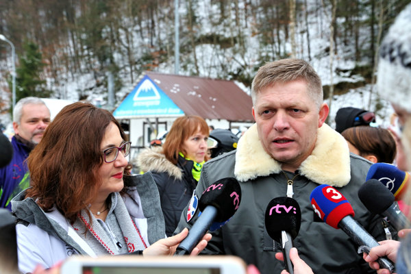 Robert Fico odpovedá na otázky novinárov počas návštevy lyžiarskeho kurzu pre školy v lyžiarskom stredisku Salamandra Resort.