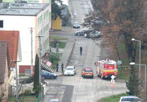Na Ulici stavbárov v Prievidzi polícia a hasiči zisťujú, či je tam uložená bomba.