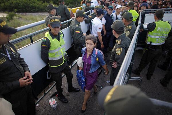 Z Venezuely do Kolumbie prechádzajú denne tisícky ľudí.