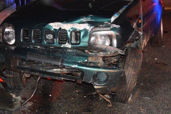 Opitý vodič narazil do zaparkovaného auta.