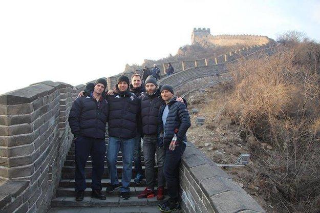 Hráči Slovana Bratislava na Veľkom Čínskom múre.
