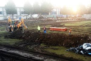 Okolo ihriska sa dávajú do zeme rúry pre odvodnenie trávnika.
