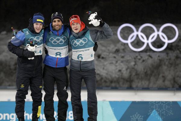 Zľava strieborný Švéd Sebastian Samuelsson, v strede zlatý Francúz Martin Fourcade a vpravo bronzový Nemec Benedikt Doll.