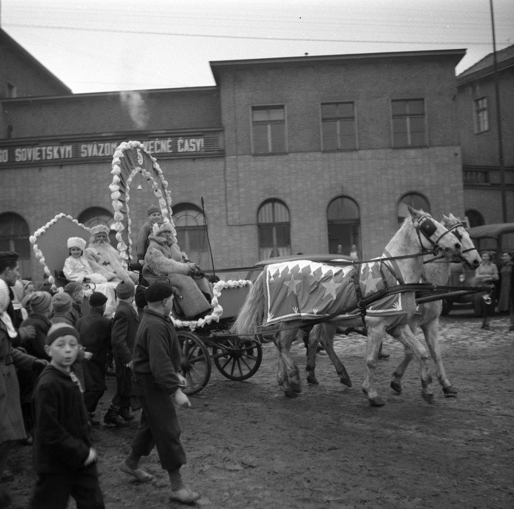Sprievod detí sprevádza Deda Mráza z hlavnej stanice ulicami Bratislavy 31. decembra 1952.