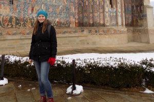 Dominika Melicherová pri kláštore Voronet, ktorý je známy hlavne kvôli modrej farbe na maľbách.