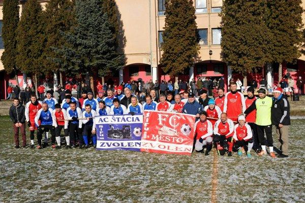 Tradiční rivali pred jedným z výkopov Silvestrovského futbalu.