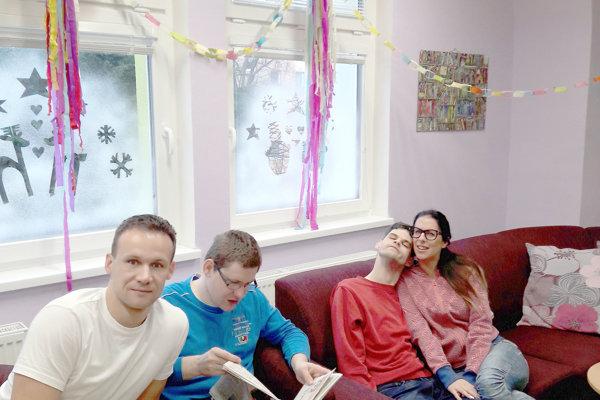 Peter Solnička (vľavo) sa dnes s láskou venuje znevýhodneným deťom.