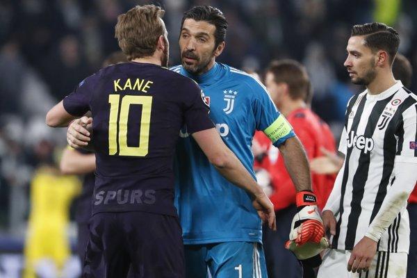 Gianluigi Buffon sa po zápase objíma s útočníkom Tottenhamu Harrym Kaneom.