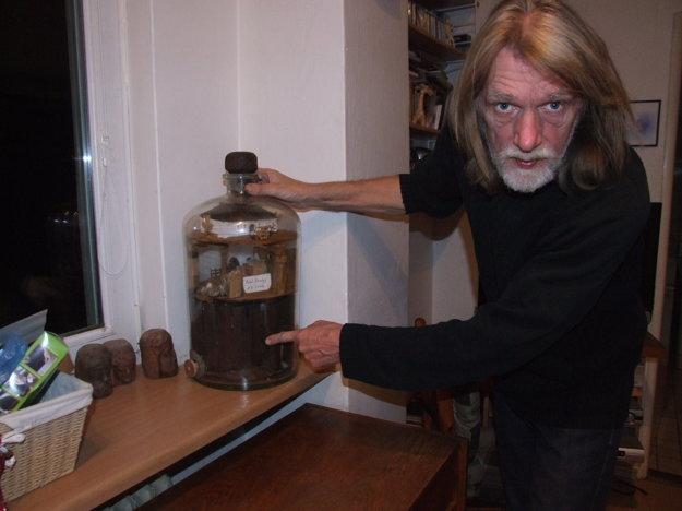 Pavel sa výrobe fliaš trpezlivosti venuje už dvadsať rokov.